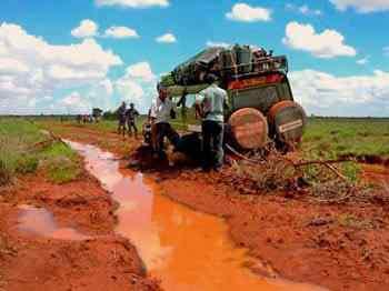 Voiture 4x4 embourbée - Safari pendant les grandes pluies mousson au Kenya